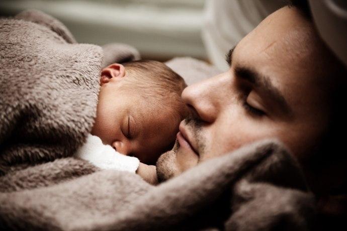 Sleep-alone-versus-sleep-with-parents