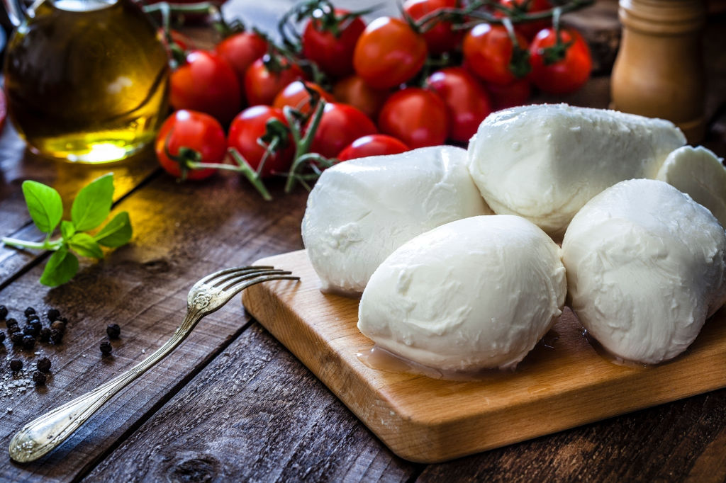 can i eat fresh mozzarella while pregnant
